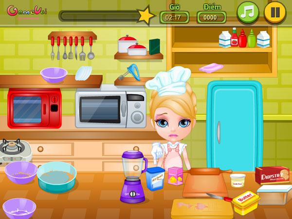 Bé Barbie làm bánh