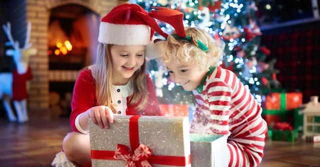 Các bạn nhỏ thường treo tất ở đâu để ông già Noel cho quà vào?