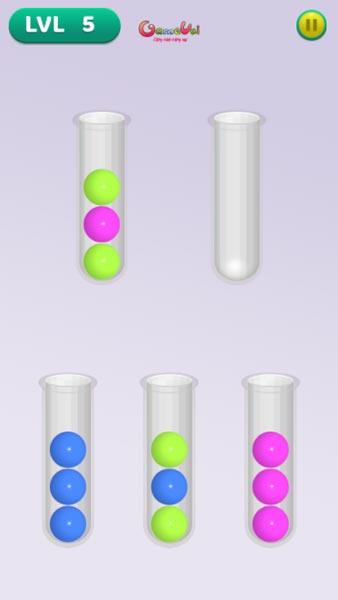 Đưa những quả bóng màu vào ống